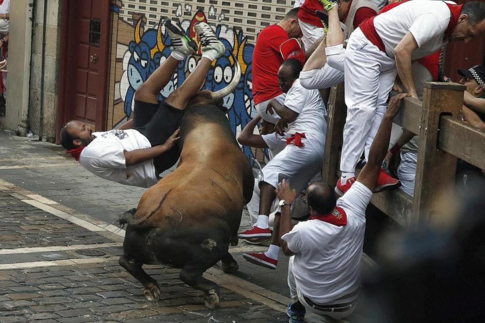 Un toro embiste a varios corredores