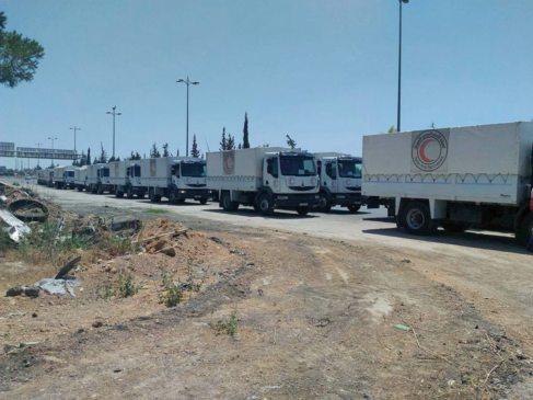 Camiones con ayuda humanitaria entrando en la Zamalka y Erbin, cerca...