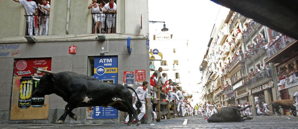 Tres toros causan el caos en la entrada a la calle Estafeta