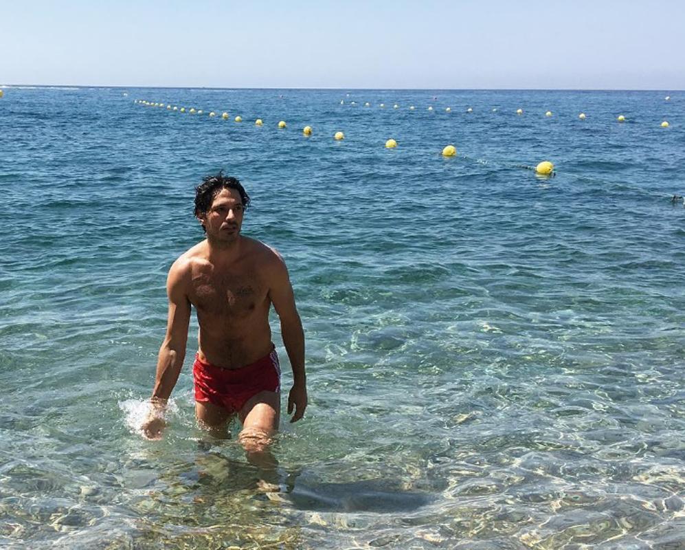 Andrés Velencoso aprovechando el mar en la Costa Brava.