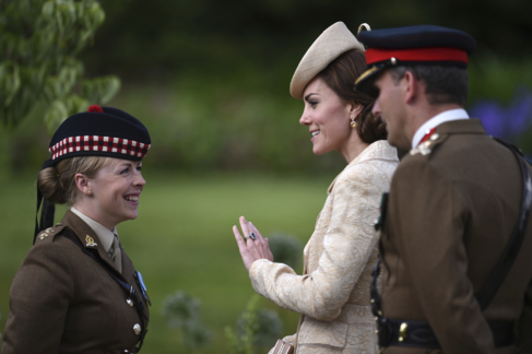 Kate Middleton saluda a una mujer soldado en Hillsborough Castle,...