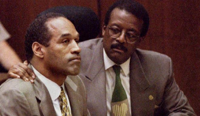 O. J. Simpson, en su juicio, con su abogado.
