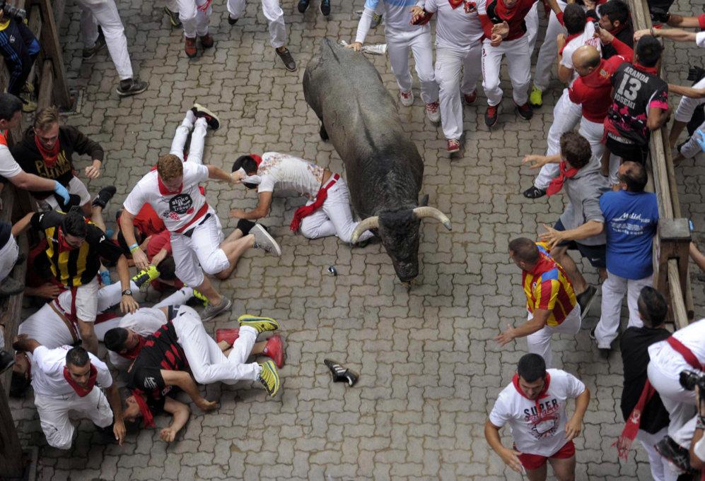 Un toro crea una situación de peligro en la bajada al callejón de la...