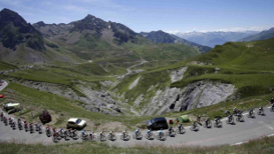 La caravana del Tour de Francia, a su paso por los Pirineos.