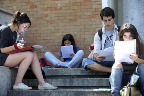 Estudiantes durante las pruebas PAU.