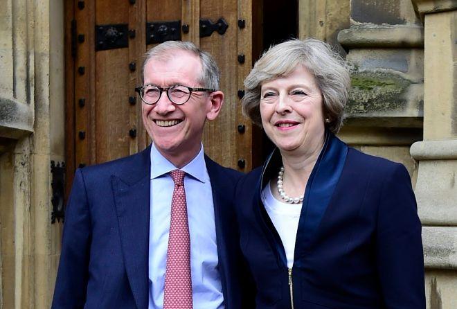 Theresa May y su marido, Phillip, a las puertas del Parlamento británico, este lunes.