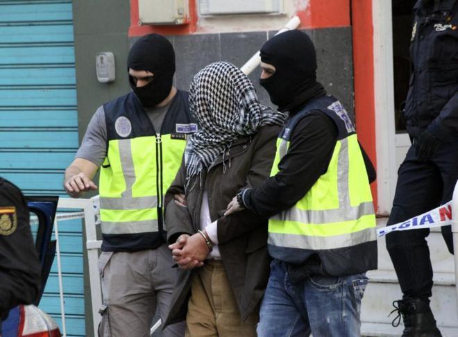 Agentes policiales trasladan a un detenido en Ceuta.