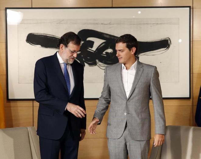 Mariano Rajoy saluda a Albert Rivera al inicio de su encuentro en el...