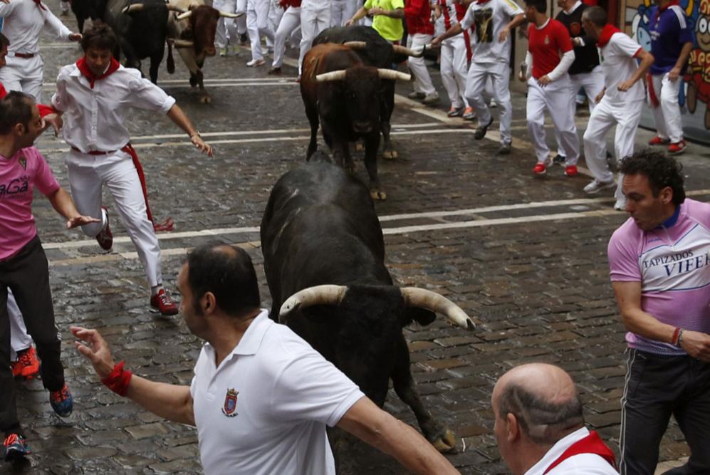 Momento en el que los toros enfilan la curva de entrada a la calle...