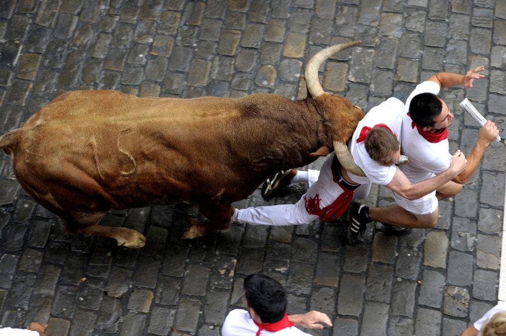 Un toro arrolla a dos corredores