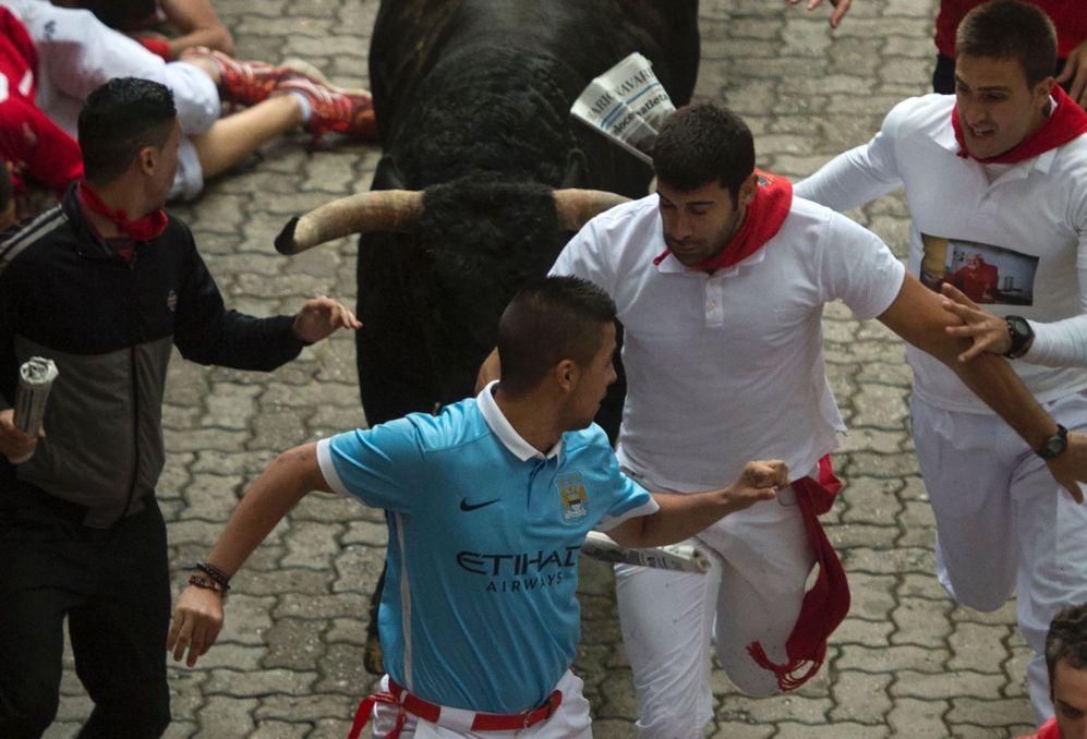 Varios mozos corren delante de uno de los morlacos de la ganadería de...