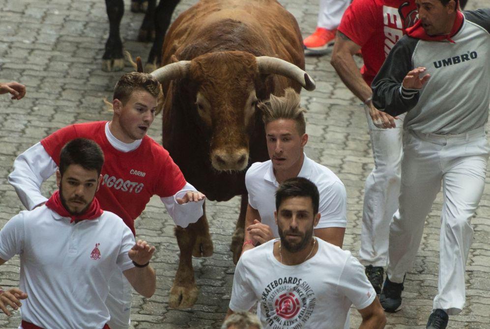 Varios corredores anteceden a los toros en el tramos de la Plaza del...