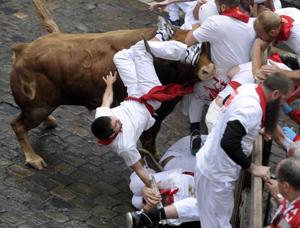 Un toro embiste a varios corredores en el tramo del Ayuntamiento