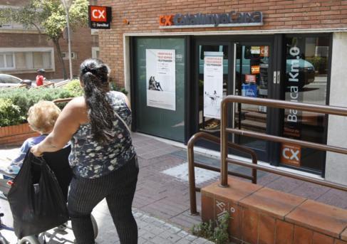 La oficina bancaria donde fue apuñalada una mujer en Barcelona.