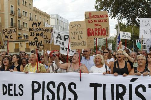 Protestas contra los pisos turísticos ilegales en el barrio de la...