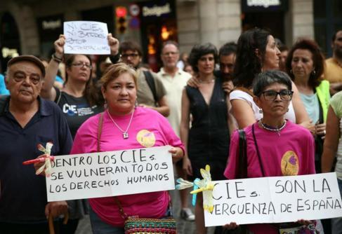 Más de un centenar de personas se concentraron en la plaza Sant Jaume...