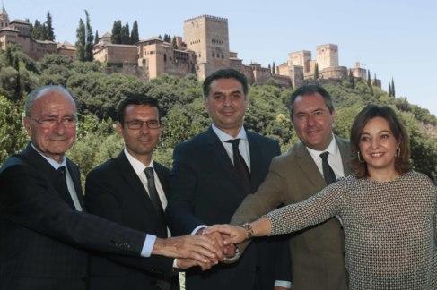 Los cuatro alcaldes y el consejero de Turismo (en el centro) sellaron...