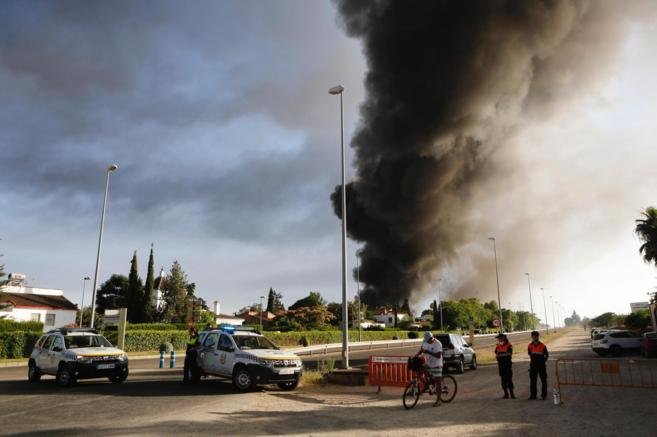 Una densa columna de humo desde la carretera de acceso a la fábrica.