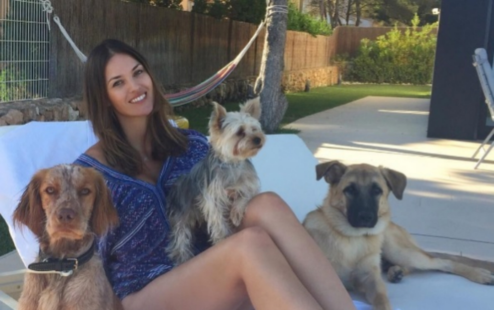 Helen Lindes se ha fotografiado con toda su patrulla canina, aunque...