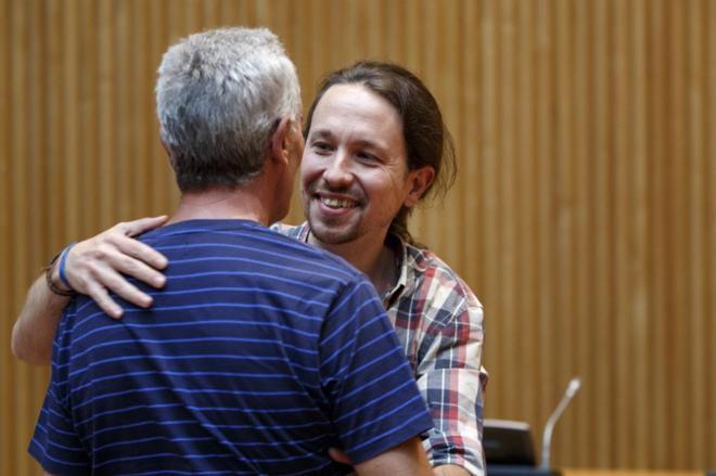El líder de Podemos, Pablo Iglesias, se abraza con el diputado de su...