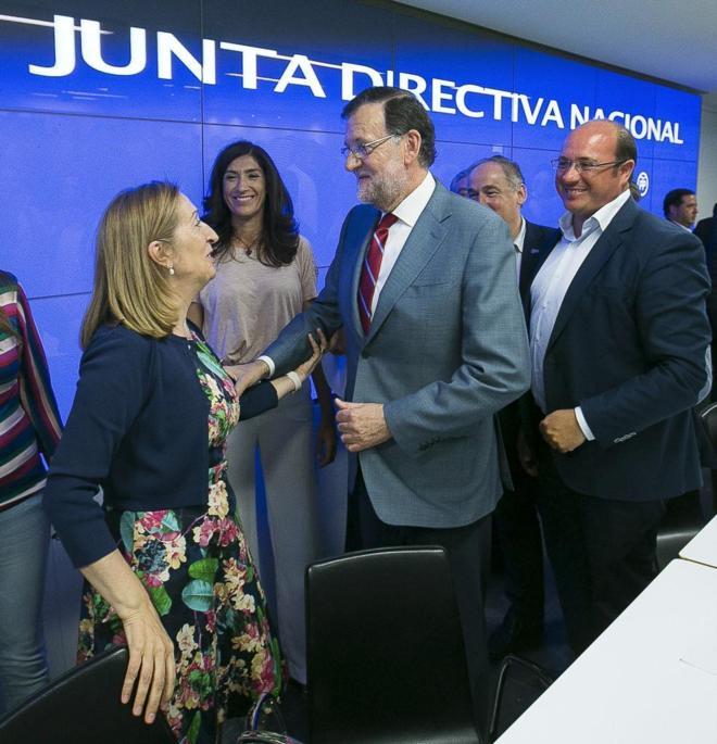 Mariano Rajoy felicita a Ana Pastor por su candidatura tras la Junta...
