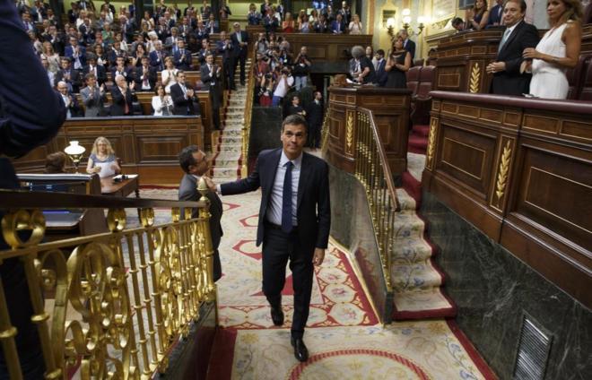 El líder socialista, Pedro Sánchez, se dirige a su escaño, en la...
