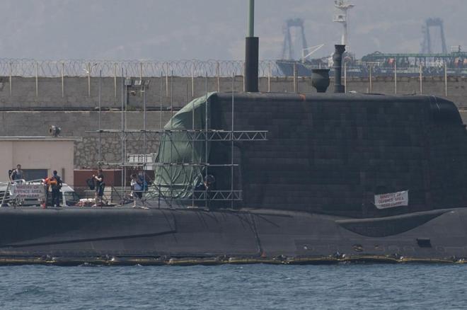 El submarino nuclear HMS Ambush, en el puerto de Gibraltar para ser...