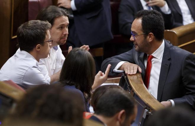 Antonio Hernando, con dirigentes de Podemos en el Congreso de los...
