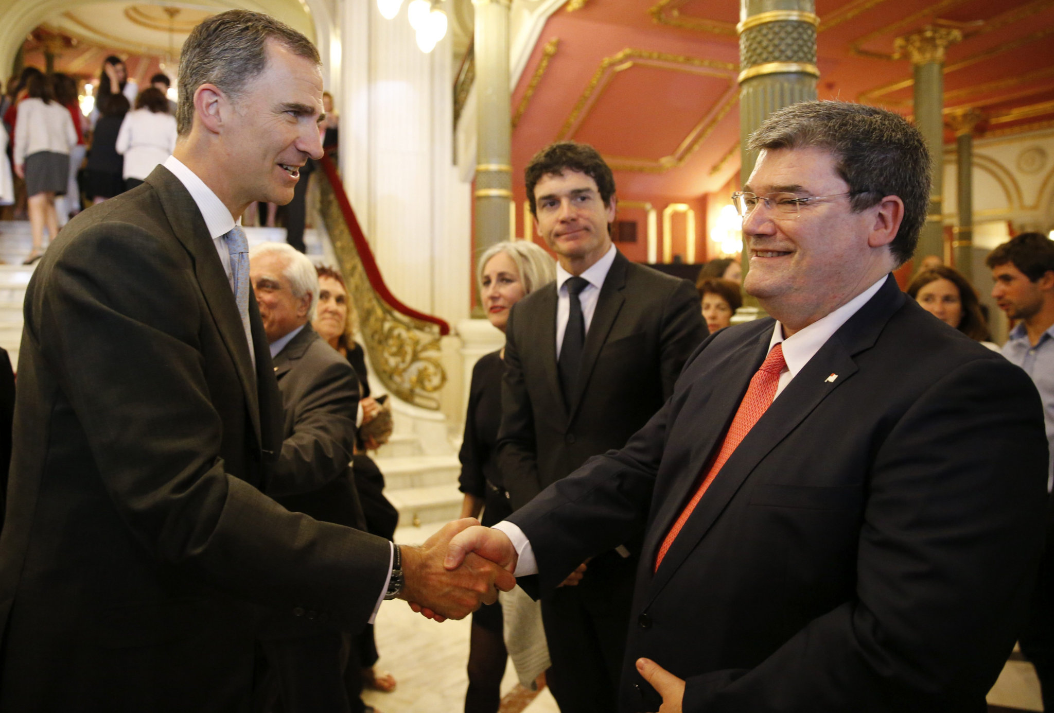 Felipe VI saluda al alcalde de Bilbao Juan Mari Aburto en presencia de Unai Rementeria.