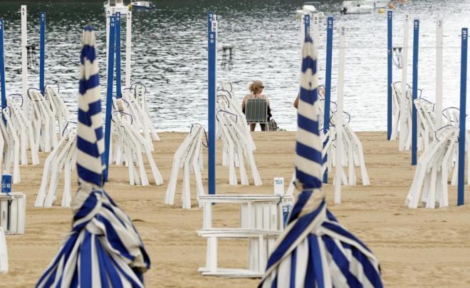 La playa donostiarra de Ondarreta, casi vacía el pasado jueves debido...