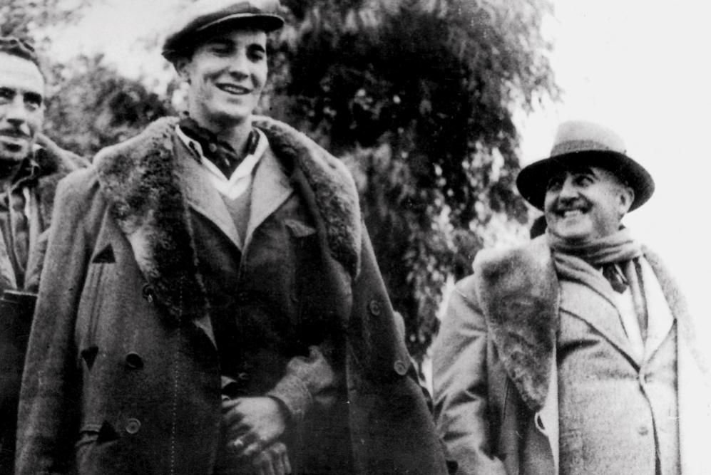 Fotografía del torero junto al dictador Franco que pertenece a su...