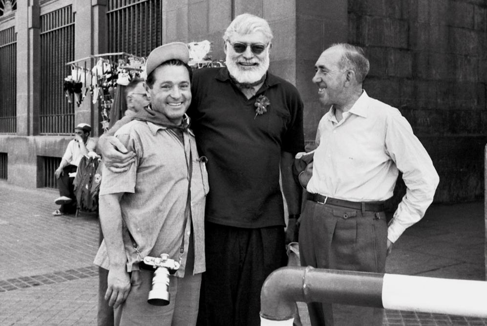 El célebre escritor  Ernest Hemingway junto al fotógrafo alicantino...