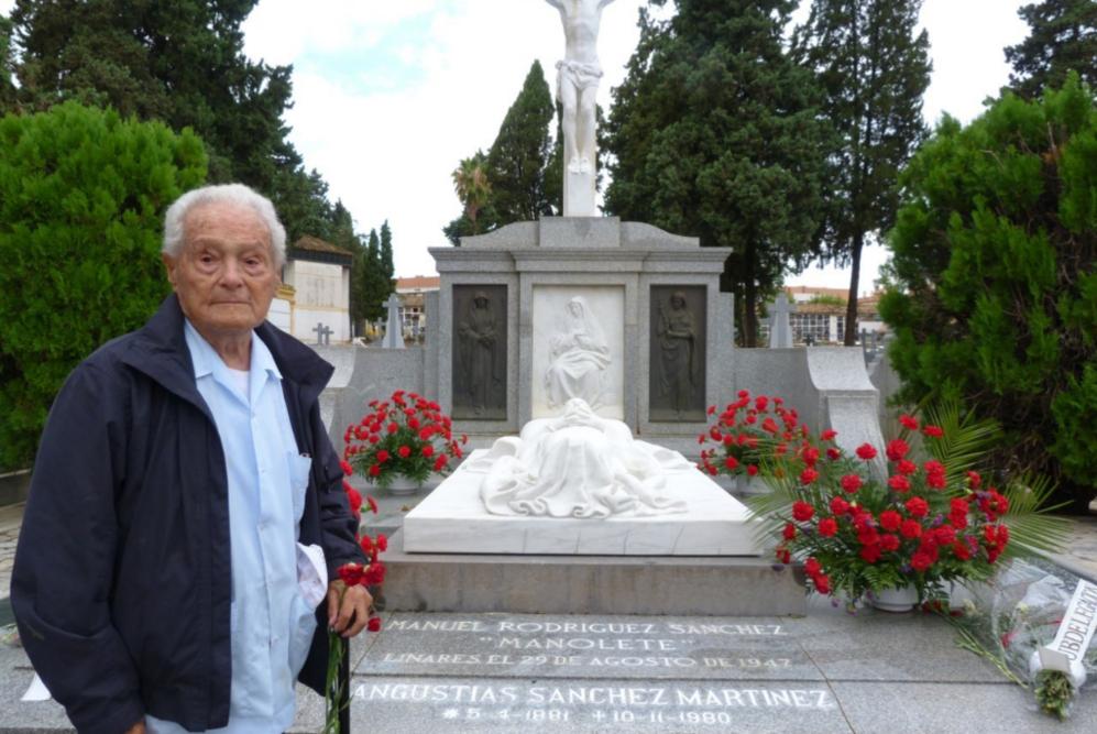 Francisco Cano, canito, frente al mausoleo de Manolete en el 66...