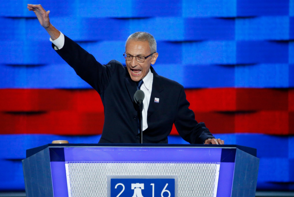 John Podesta, director de la campaña de Hillary Clinton habla durante...