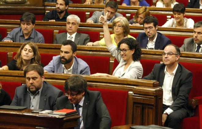 Varios diputados de Junts pel Sí, entre ellos Carles Puigdemont, en...