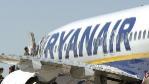 Pasajeros embarcan en un vuelo de Ryanair con destino a Londres en el...