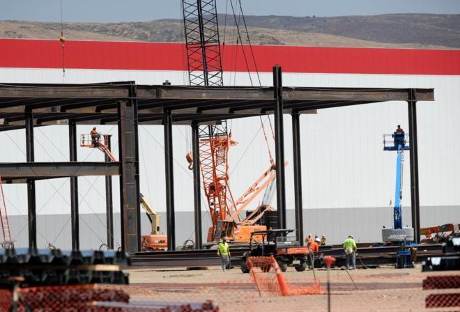 Los operarios continúan trabajando en la construcción de la...