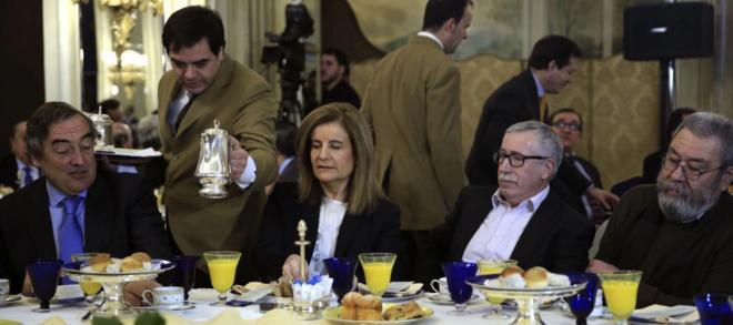 El presidente de la CEOE, Joan Rosell; la ministra de Empleo, Fátima...