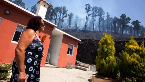 Vecina de Fuencaliente frente al incendio.