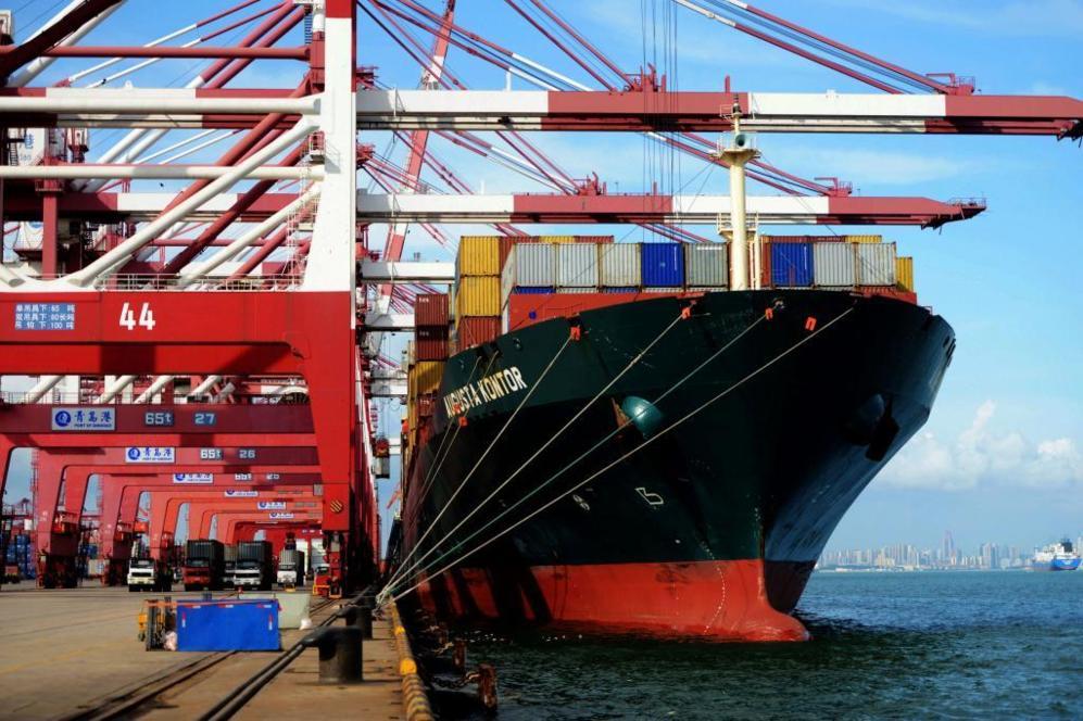Contenedores de carga a al espera de ser transportados en el puerto de...