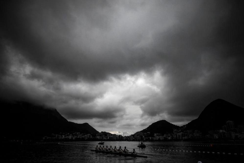 Remeros se calientan en la Laguna Rodrigo de Freitas antes de los...