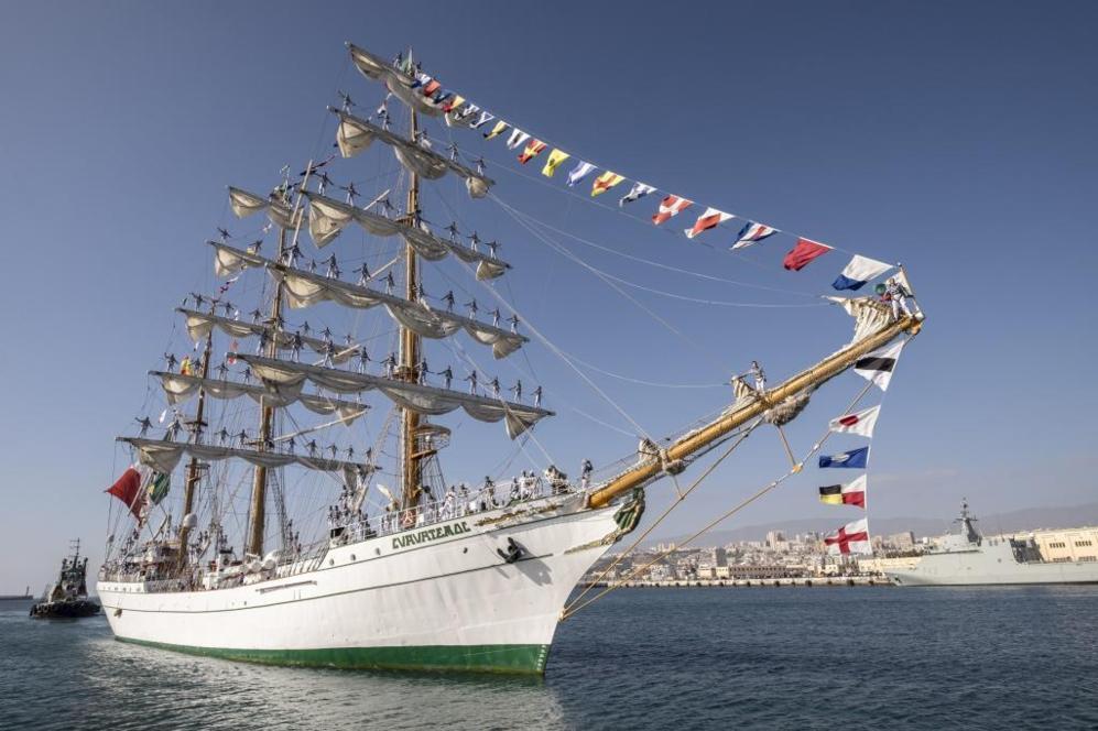 """El buque escuela de la Armada de México """"Cuauhtémoc"""" en el puerto de..."""