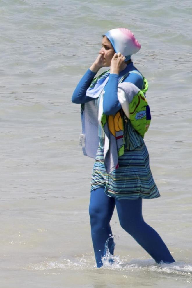 Bañista con burkini en una playa de Egipto.