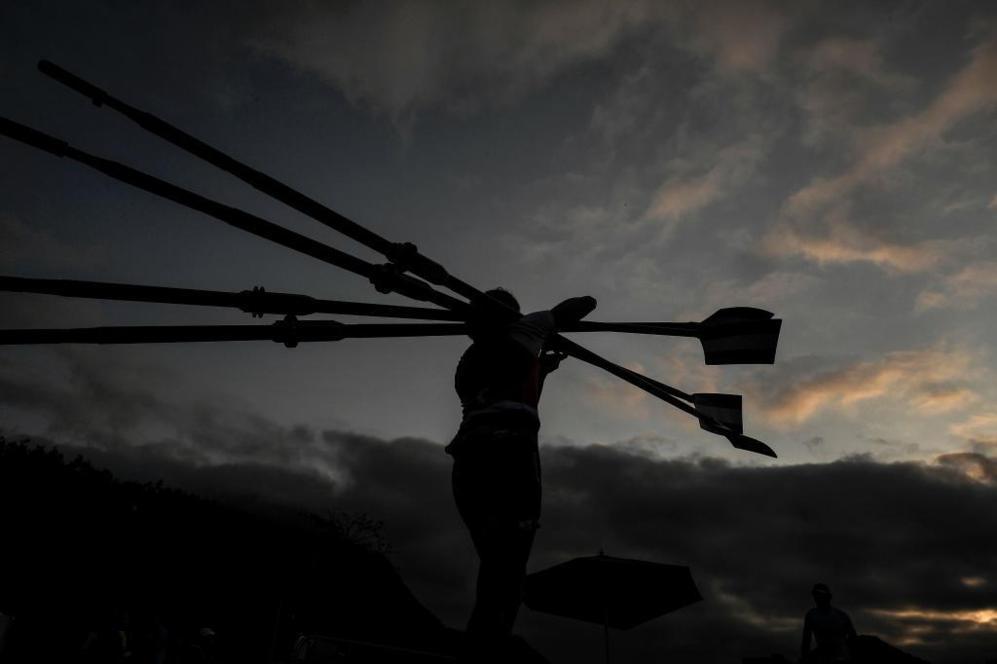 Un remero llegando al estadio Lagoa, Río de Janeiro.