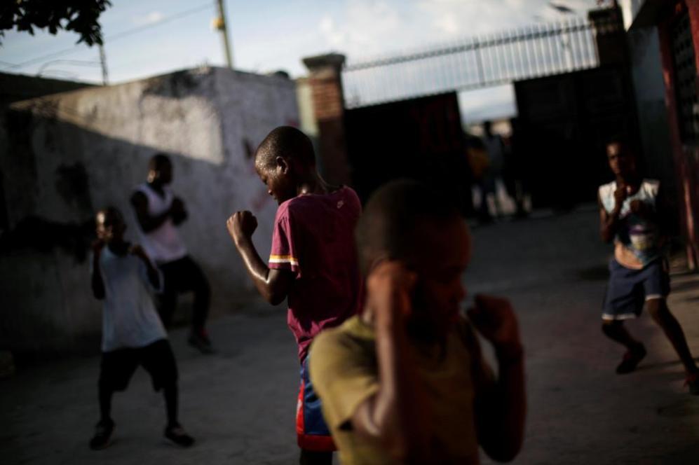 Niños practicando boxeo en un barrio de Puerto Príncipe, Haití.
