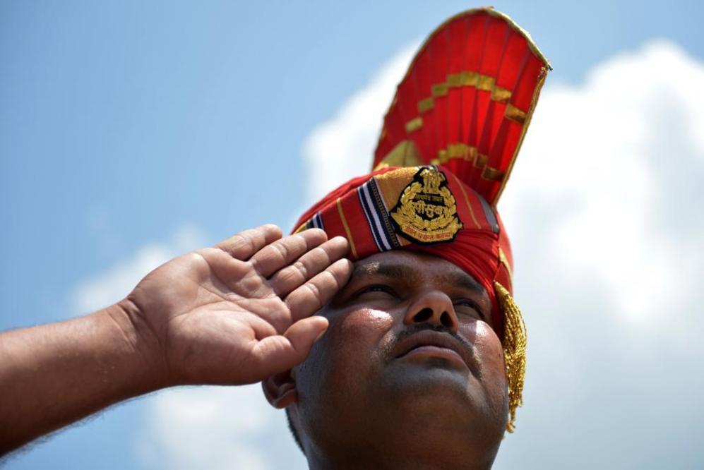 Saludo de un soldado indio durante una ofrenda floral en la sede de la...