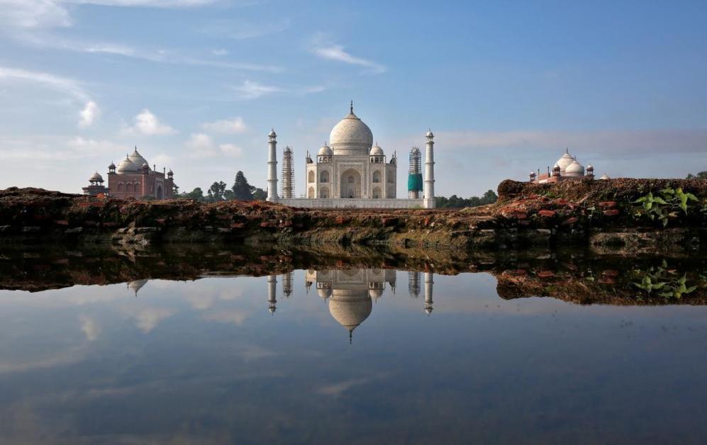 Reflejo del Taj Mahal en un charco en Agra, India.