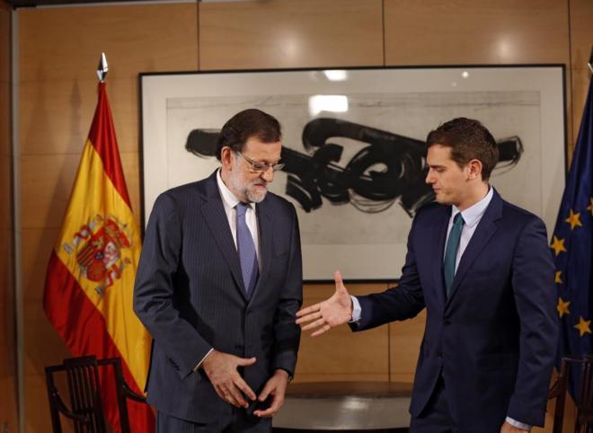 Albert Rivera tiende la mano a Mariano Rajoy durante su reunión en el...