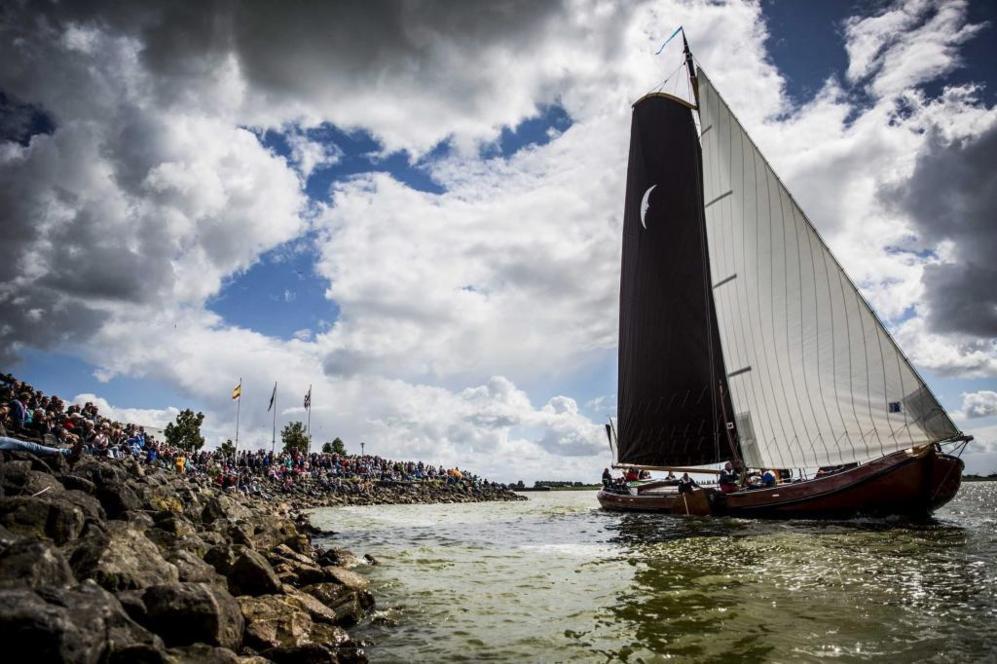 Vista de un velero participante en la sexta edición del torneo de...