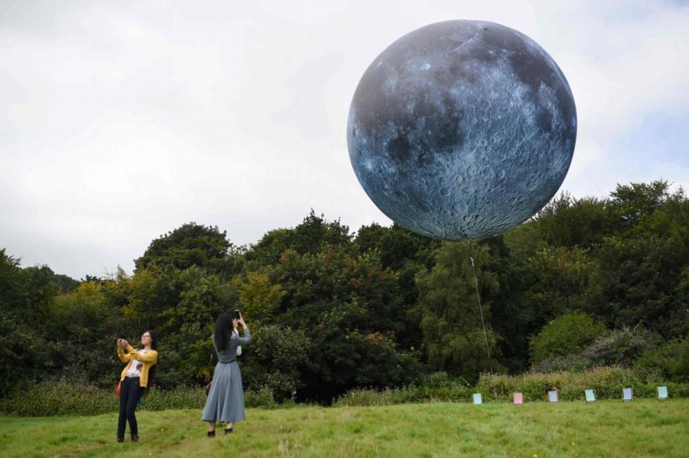 Obra 'Museo de la Luna' con imágenes de la superficie lunar en el...